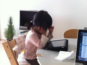 iPadで動画を観賞するムスメ